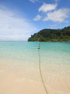 水の体の横にある砂浜のビーチの写真・画像素材[1611097]
