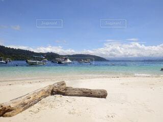 水の体の横にある砂浜のビーチの写真・画像素材[1611099]
