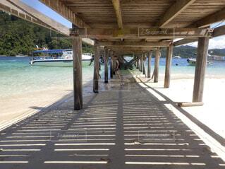 水の体の横に木製の桟橋の写真・画像素材[1611157]
