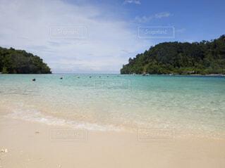 水の体の横にある砂浜のビーチの写真・画像素材[1611158]