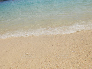 水の横にある砂浜のビーチの写真・画像素材[1611202]