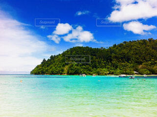水の体の横に座っている青と白のボートの写真・画像素材[1616519]