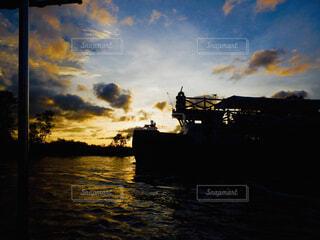 水の体に沈む夕日の写真・画像素材[1616531]