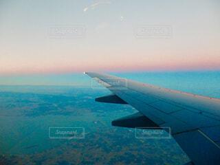 水の体の上に飛んでいる飛行機の写真・画像素材[1616536]
