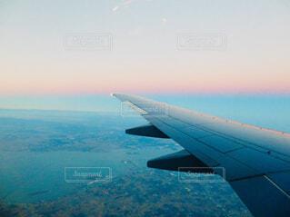 空を飛んでいる飛行機の写真・画像素材[1616537]