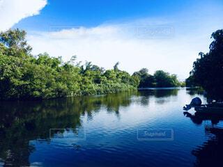 水の体の小さなボートの写真・画像素材[1616571]