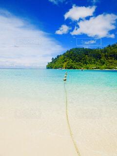 水の体の横にある砂浜のビーチの写真・画像素材[1616596]