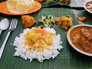 テーブルの上に食べ物のプレートの写真・画像素材[1635164]