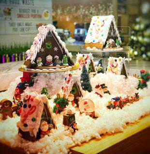 テーブルに飾られたクッキーハウスの写真・画像素材[1676087]