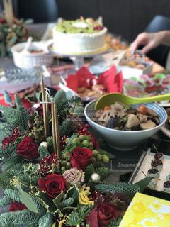 テーブルの上に食べ物の写真・画像素材[1676095]