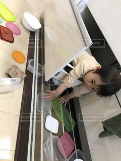 一歳の男の子がキッチンで大暴れ!の写真・画像素材[1604359]