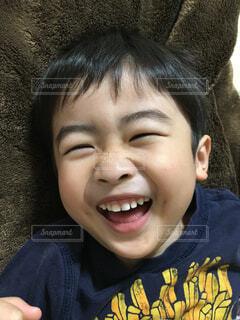 カメラに微笑む幼い子供の写真・画像素材[3146982]
