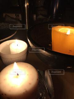 テーブルの上のガラスのボウルのキャンドルの写真・画像素材[1604749]