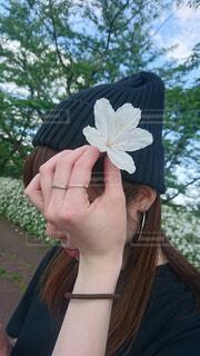 白いお花とニット帽と私の写真・画像素材[1618146]
