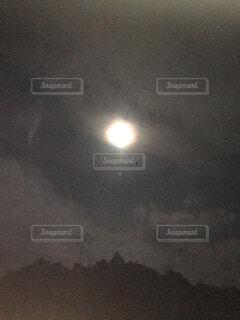 夜に見上げるおぼろ月の写真・画像素材[1605163]
