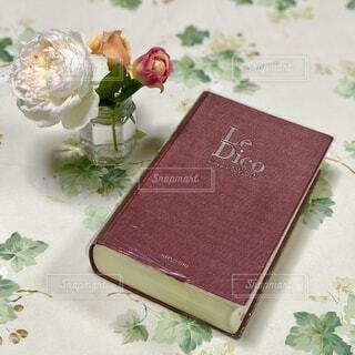 フランス語時点と花瓶に活けたバラの写真・画像素材[1621746]