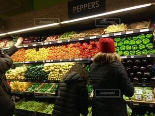 野菜を選ぶ親子の写真・画像素材[1622395]