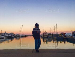 港に立っている女性の写真・画像素材[1622526]
