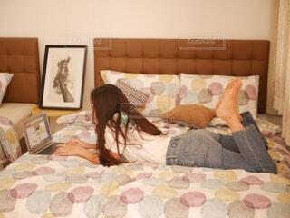 ベッドの上でくつろぐ女の子の写真・画像素材[1831656]