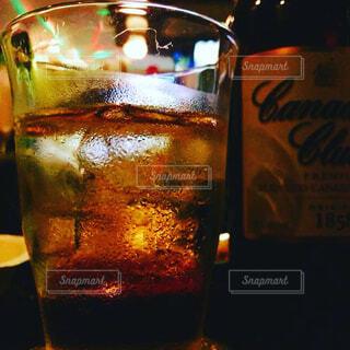 テーブルの上のビールのグラスの写真・画像素材[1606989]