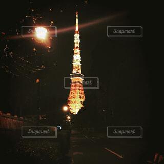 バック グラウンドで東京タワーの夜のライトアップ都市の写真・画像素材[1607069]