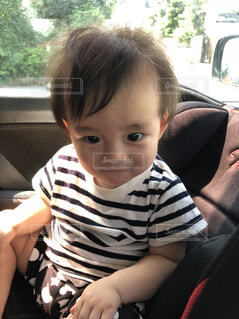 車に座っている若い子の写真・画像素材[1607313]