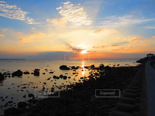 水の体に沈む夕日の写真・画像素材[1630544]