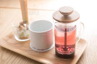 木製のテーブルの上に座ってコーヒー カップの写真・画像素材[1631394]