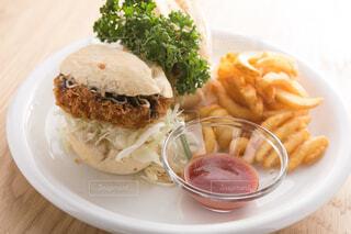 テーブルの上に食べ物のプレートの写真・画像素材[1631395]