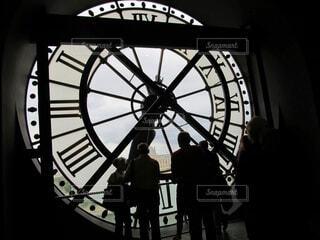 夜にライトアップされた時計塔の写真・画像素材[2856055]