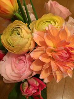 ピンクの花で一杯の花瓶の写真・画像素材[1607844]