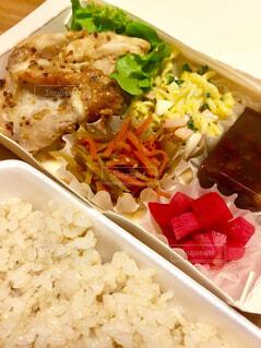 皿のご飯と野菜料理の写真・画像素材[1608550]