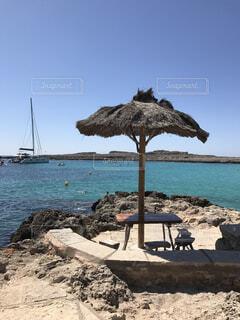 砂浜の上に座っての芝生の椅子のグループの写真・画像素材[855451]