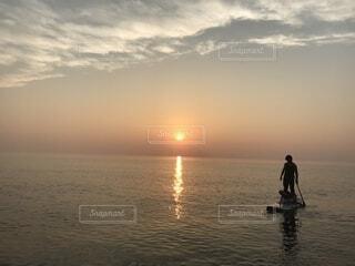 カヌーと夕日の写真・画像素材[1609874]