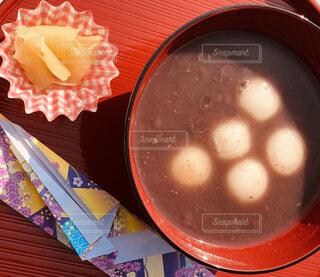 テーブルの上に食べ物のボウルの写真・画像素材[1611742]