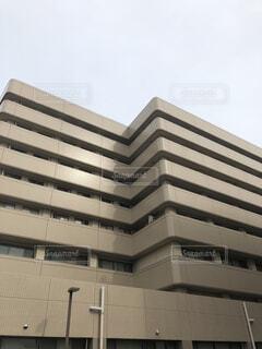 高層ビルの下に座っているトラフィック ライトの写真・画像素材[1622051]