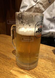 テーブルの上のビールのグラスの写真・画像素材[1765284]