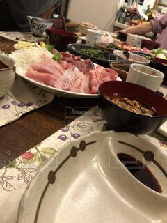 テーブルの上に食べ物のボウルの写真・画像素材[1611555]