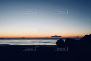 海からの日の出とテトラポットの写真・画像素材[902217]