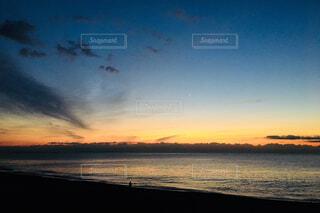 海からの日の出と釣り人の写真・画像素材[902218]