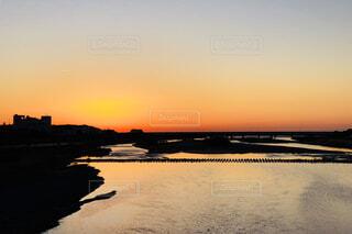 日の出に染まる橋と川面の写真・画像素材[936222]