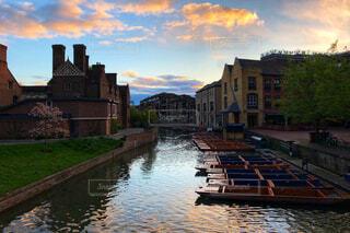 朝日に染まるケンブリッジのケム川の写真・画像素材[1148231]