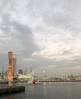 ポートタワーとお月様の写真・画像素材[1687381]