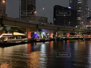 都市を背景にした水の体に架かる橋の写真・画像素材[3171733]