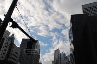 背景の高層ビル街の景色の写真・画像素材[1732984]