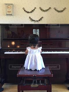 ピアノをひく少女の写真・画像素材[1614295]