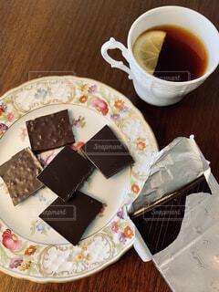 チョコレートと紅茶の写真・画像素材[1693125]