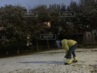 雪だるまをつくる男の子の写真・画像素材[1782663]