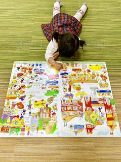 大きい絵本と小さい女の子の写真・画像素材[2015066]