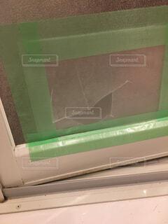 お風呂のドア、不注意で穴空いちゃったの写真・画像素材[1614349]